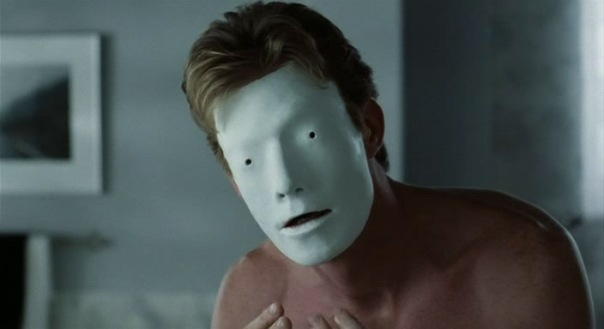 Epuré, simple, deux petits trous pour les yeux et la bouche entrouverte : c'est le masque de Bruiser