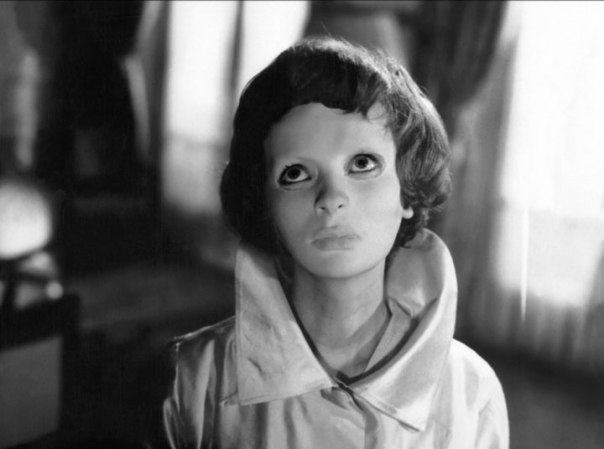 Ce visage épuré et sans expression met en valeur le film Eyes Without a Face