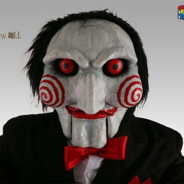 Un rictus sournois et délirant sur une tête de marionnette: on connait tous le masque de Saw.